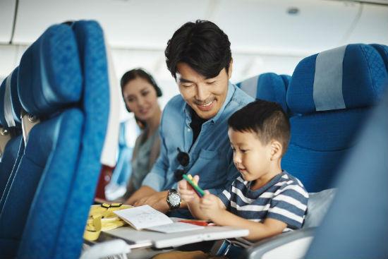 Trẻ em đi máy bay cần giấy tờ gì và bố mẹ cần lưu ý gì?